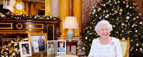 Rainha Elizabeth 2ª posa no Palácio de Buckingham decorado para o Natal