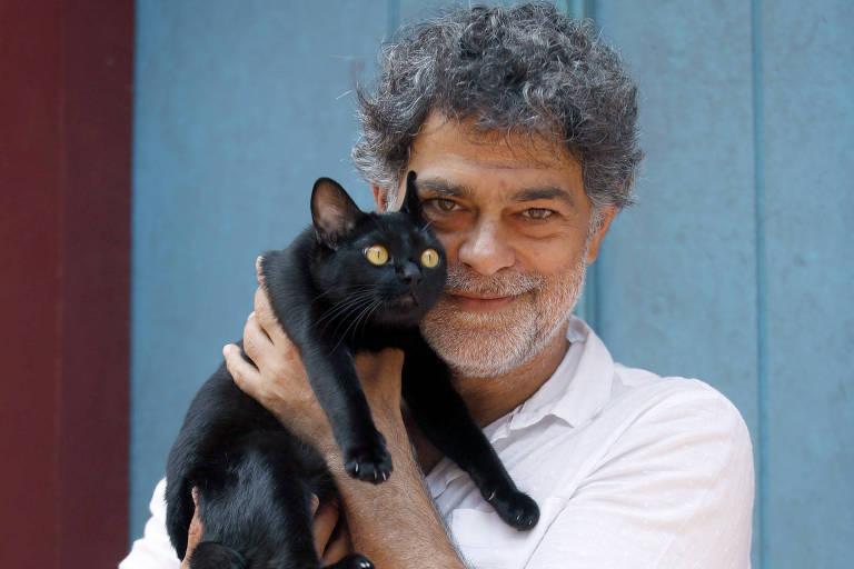 Eduardo Moscovis é a forma humana do misterioso gato León