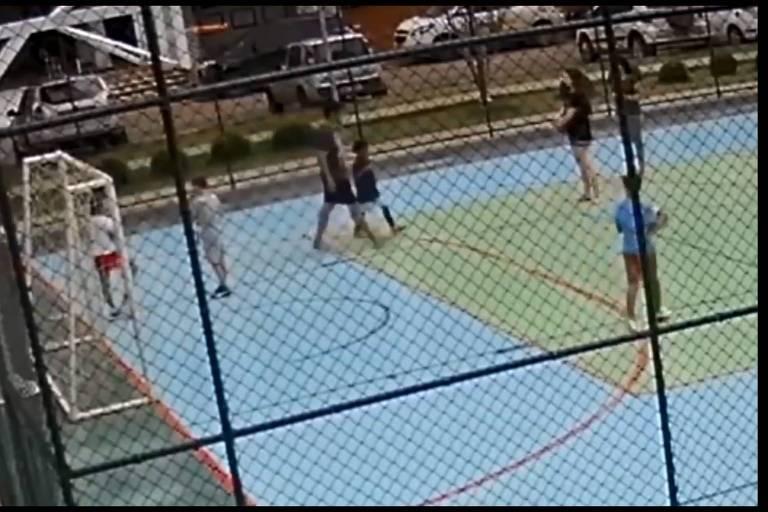 Polícia do DF investiga homem que segurou criança para que filho a agredisse; caso envolvendo garoto de 6 anos foi gravado por câmera em condomínio de Brasília