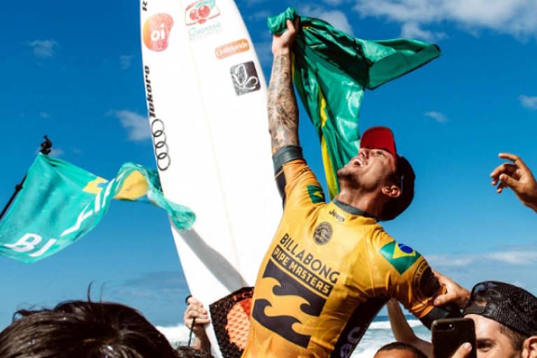 Gabriel Medina comemora a conquista do bicampeonato mundial de surfe no Havaí