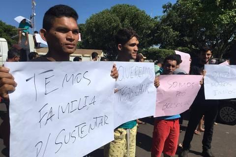 Com cartazes pró-Bolsonaro, protesto de madeireiros obriga Ibama a fugir de cidade do AM