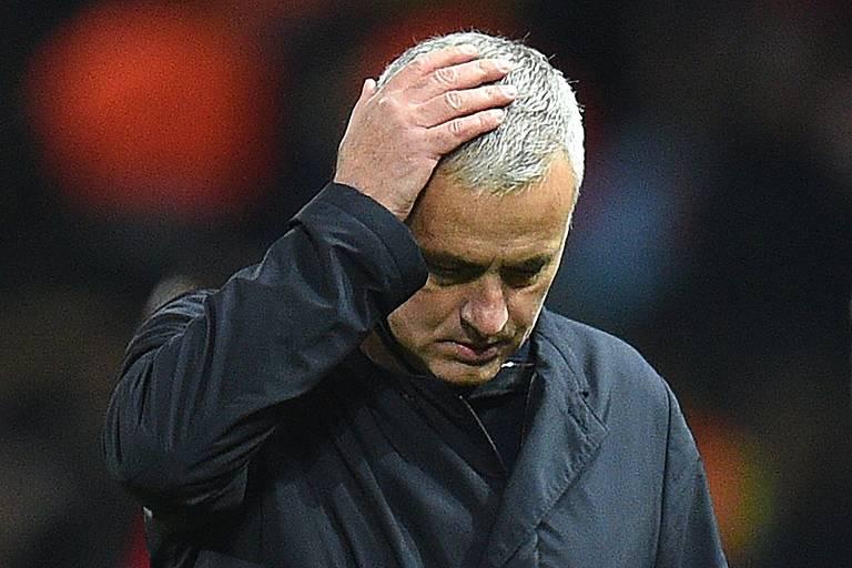 O técnico José Mourinho coloca a mão na cabeça enquanto deixa o campo após partida do Manchester United contra o Youn Boys, pela Champions League