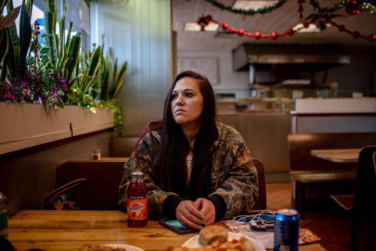 Kelmae Hemphill, que está sóbria há 11 meses, em Newark, Nova Jersey; um vídeo dela sofrendo uma overdose foi feito em 2016
