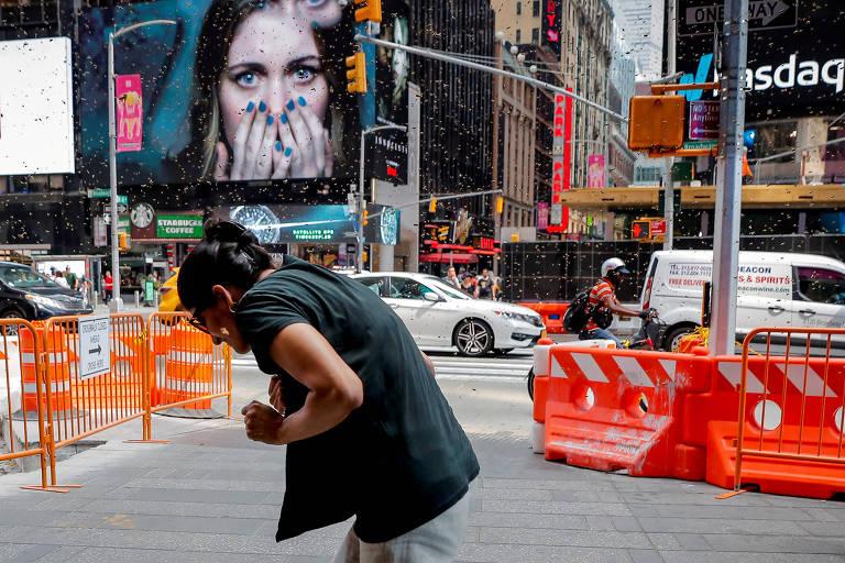 Mulher reage a surto de abelhas na Times Square, Nova York