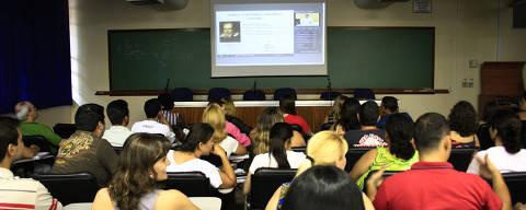 RIBEIRÃO PRETO, SP, BRASIL, 18-12-2010, 10h00: Alunos do Curso de Licenciatura em Ciências, em aula semi presencial de física, no  Anfiteatro Lucien Lison, na FFCLRP USP. Esta é a primeira turma de EAD (ensino a distância) da USP,  que teve início em outubro (Foto: Márcia Ribeiro/ Folhapress, REGIONAIS)