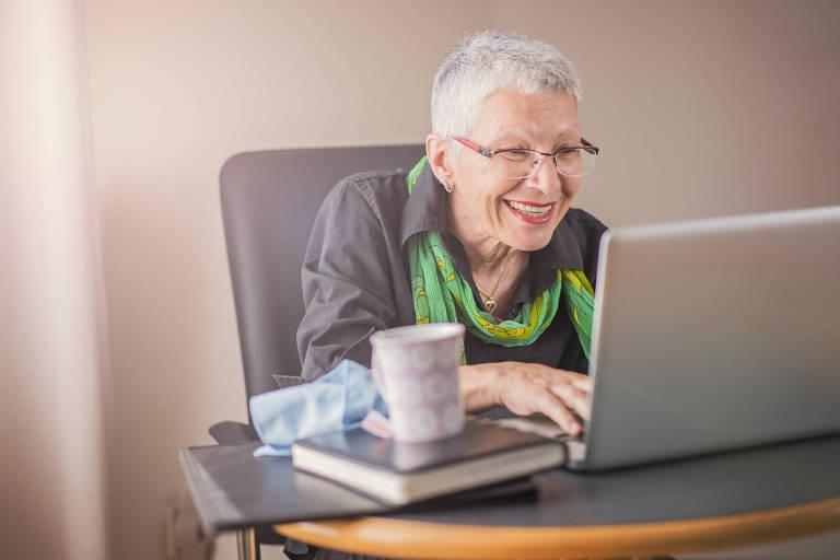 Idosa usa computador