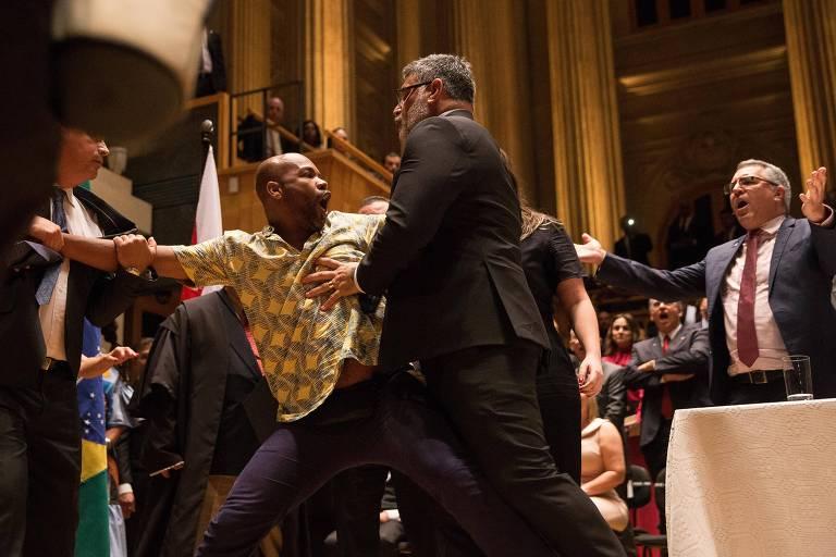 Jesus dos Santos, da bancada ativista, é retirado do palco da Sala São Paulo após confusão em cerimônia de diplomação
