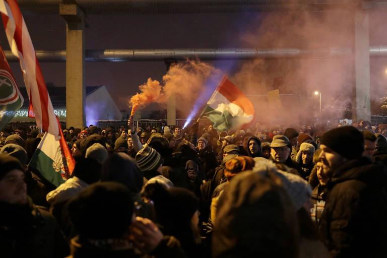 Manifestantes participam de ato em Budapeste contra a nova lei trabalhista feita pelo governo