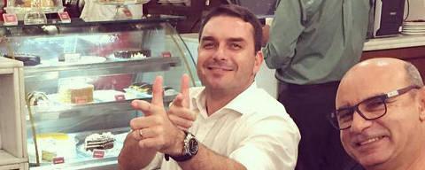 Em foto publicada no Instagram, o senador eleito Flavio Bolsonaro posa com Fabricio Queiroz, ex-assessor parlamentar cuja movimentação financeira despertou suspeitas das autoridades. Foto: Reprodução / Instagram /  Flavio Bolsonaro