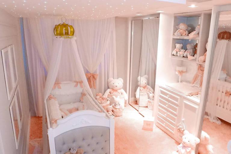 Quarto da Sophia, filha da Mayra Cardi e Arthur Aguiar. A decoração é inspirado em princesas, com bordados delicados, rendas, laços e babados em tons de rosa e branco