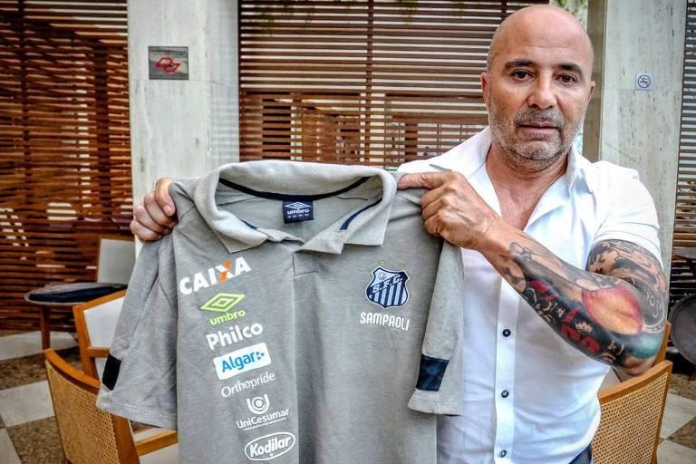 Santos posta foto de Sampaoli mostrando a camisa do Santos.