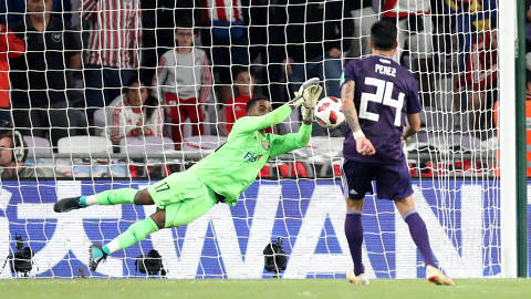 Soccer Football - Club World Cup - Semi-Final - River Plate v Al Ain FC - Hazza Bin Zayed Stadium, Al Ain City, United Arab Emirates - December 18, 2018  Al-Ain's Khalid Eisa saves a penalty from River Plate's Enzo Perez during the shootout                REUTERS/Suhaib Salem ORG XMIT: AI