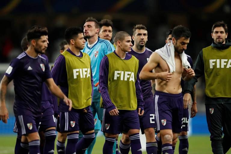 Jogadores do River Plate cabisbaixos após a eliminação na semifinal do Mundial de Clubes