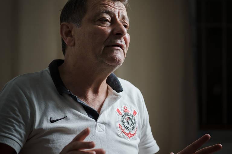 Cesare Battisti, antigo membro dos Proletários Armados pelo Comunismo (PAC), grupo de extrema esquerda ativo na Itália no fim dos anos 1970. Ele está com uma camisa do Corinthians