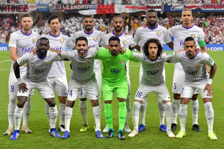 Time do Al Ain posa para foto oficial antes de vencer o River Plate pela semifinal do Mundial de Clubes