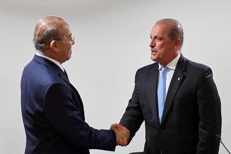 Eliseu Padilha, ministro da Casa Civil do governo Michel Temer, cumprimenta Onyx Lorenzoni, que agora ocupa o mesmo cargo no governo Jair Bolsonaro