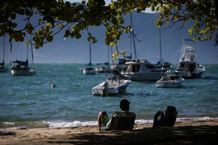 Veleiros, lanches e iates na orla da praia Saco da Capela, em Ilhabela