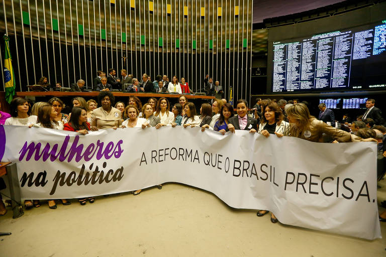 Deputadas mulheres abrem faixa pedindo maior representatividade política nos Poderes Legislativos, em Brasília