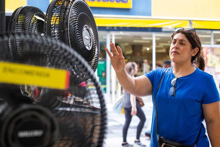 Ventilador exposto em loja da região central de São Paulo; com calor recorde neste ano, clientes precisam chegar cedo para conseguir comprar