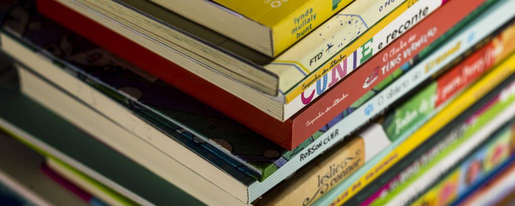 Pilha de livros para o Dia da Criança