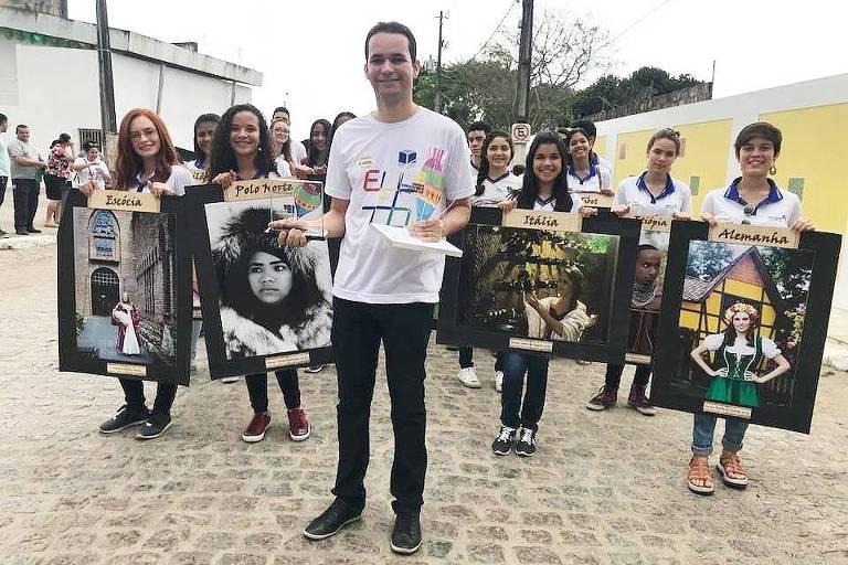 """O professor Jayse Antonio e alunos com obras do projeto """"Eu sou uma obra de arte: etnias do Mundo"""""""