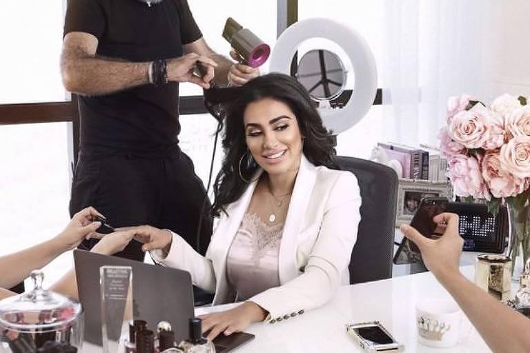 Há 10 anos, Huda Kattan abandonou a carreira de executiva para lançar sua própria marca de produtos de beleza