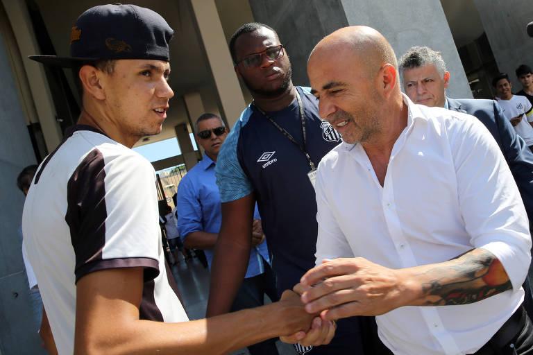 Jorge Sampaoli cumprimenta torcedor do Santos ao chegar para a apresentação como técnico da equipe