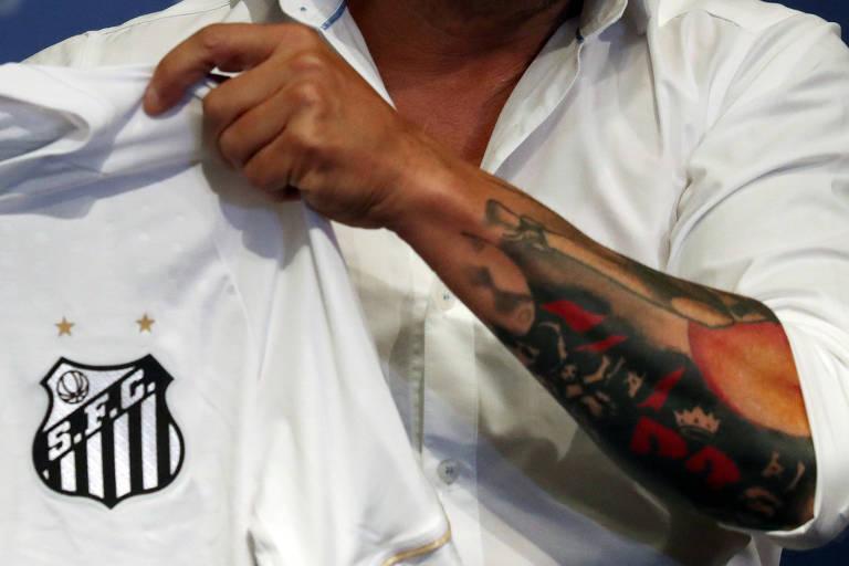 Imagem de tatuagem no braço esquerdo de Sampaoli, que segura a camisa do Santos