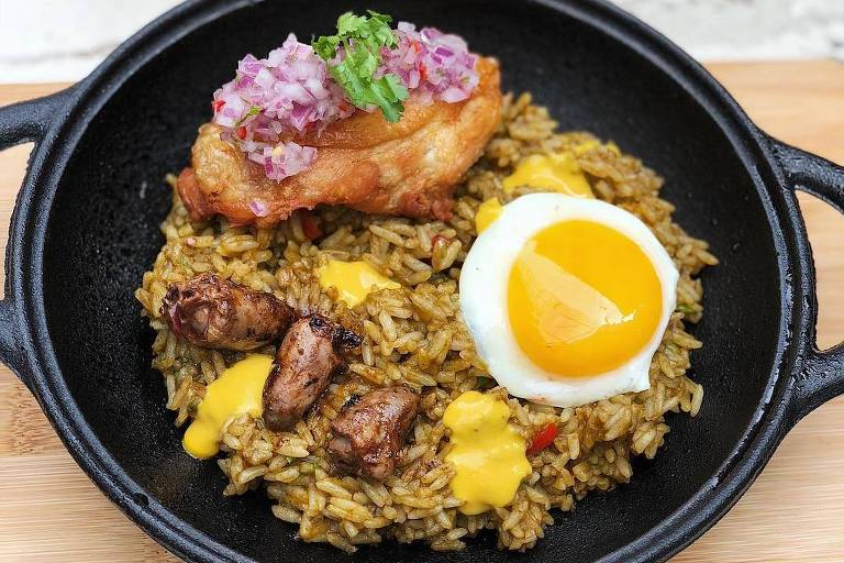 Arroz com frango e ovo frito servido no Ama.zo, novo restaurante peruano no centro de SP