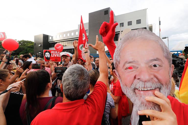 Militantes ao lado da sede da PF, em Curitiba, na expectativa de libertação de Lula por conta de liminar do ministro Marco Aurélio que revogava prisões após condenação em segunda instância. Decisão seguinte, de Dias Toffoli, suspendeu a medida