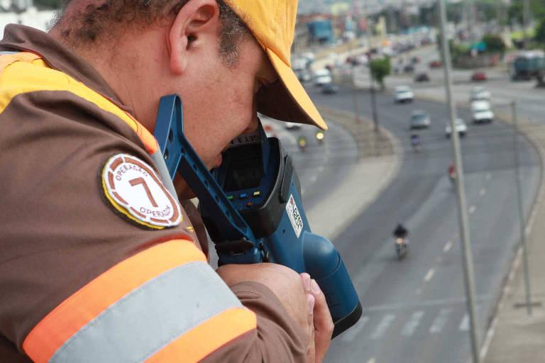 Agente de trânsito da CET usa radar-pistola na av. Salim Farah Maluf, sentido Vila Prudente/Marginal, em SP