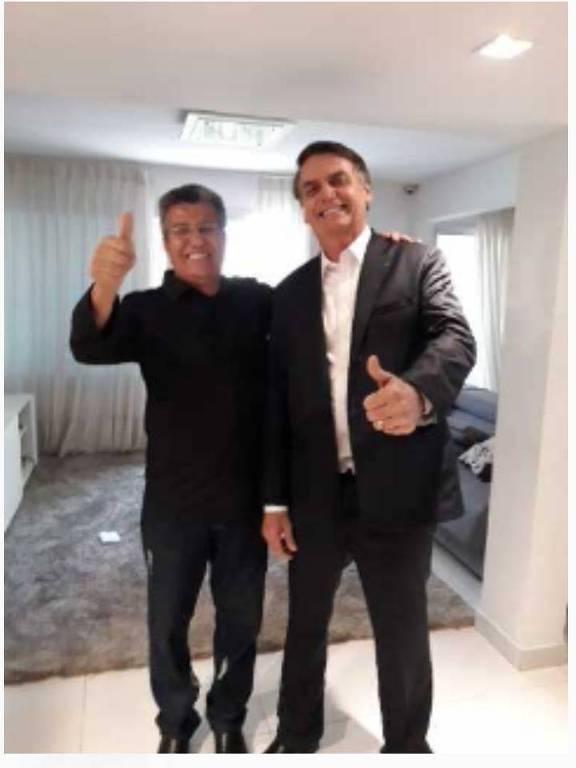 Alfaiate Santino Gonçalves com Jair Bolsonaro, que provou terno para a posse