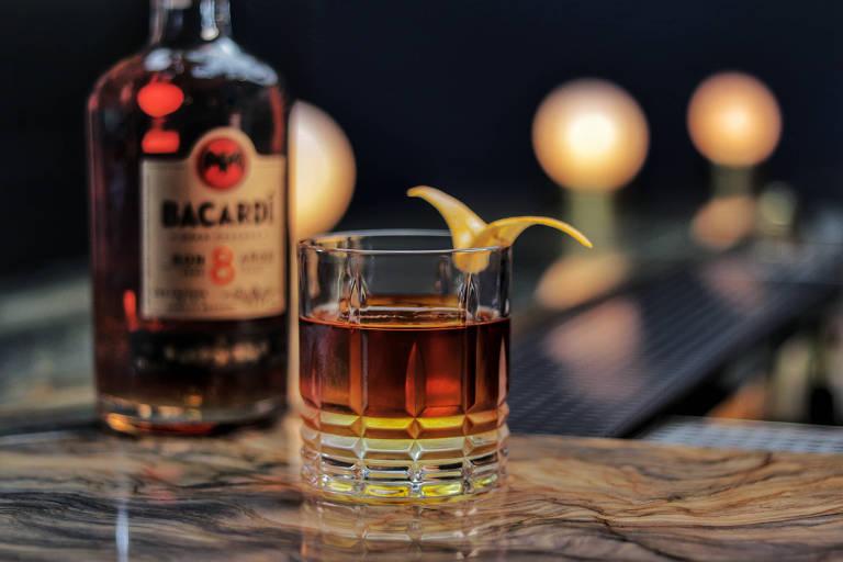 """Drinque Dandara, criação de Michelly Rossi, 33 anos, que trabalha no bar Fel (copan). O drinque vem do projeto """"Eu Bebo Sozinha"""". O coquetel é um dos três finalistas do Bacardí Legacy nacional e disputa uma vaga para a Final Global em 2019."""