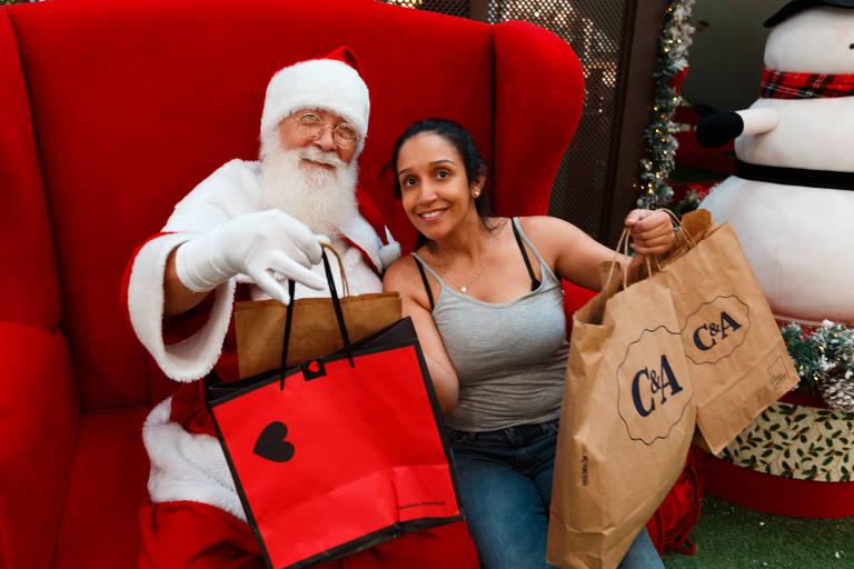 A assistente administrativo Érika de Queiroz, 27, antecipou as compras de Natal no Shopping Itaquera