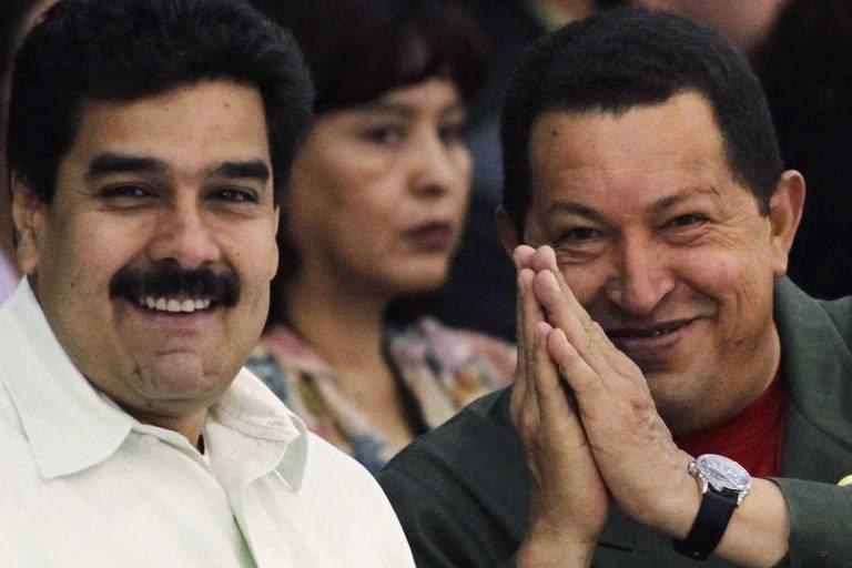 Nicolás Maduro e Hugo Chávez; ambos sorriem para a foto