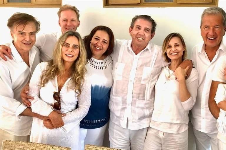 João de Deus entre familiares, Paula Burlamaqui, Bruna Lombardi, Carlos Alberto Riccelli e o fotógrafo Mario Testino