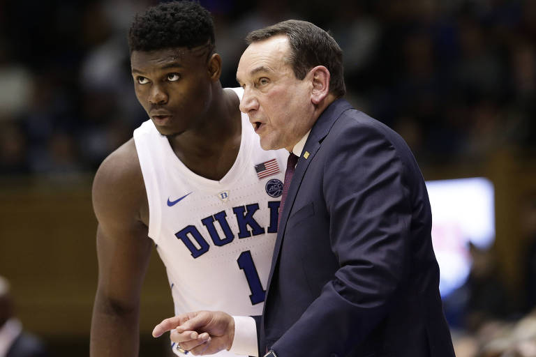 Zion Williamson conversa com o técnico Mike Krzyzewski, membro do Hall da Fama do basquete