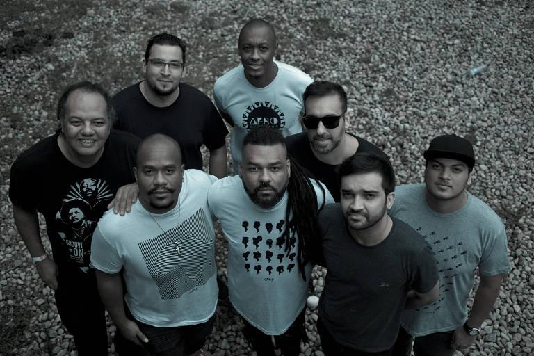 Atual formação da banda Black Rio posa para foto: da esquerda para a direita, William Magalhães, Gustavo Souza (atrás), Eduardo Ramos (à frente), Edson Conceição (atrás), Jadiel Oliveira (à frente), Bruno Silveira, Isaac Ferreira e Doug Bone