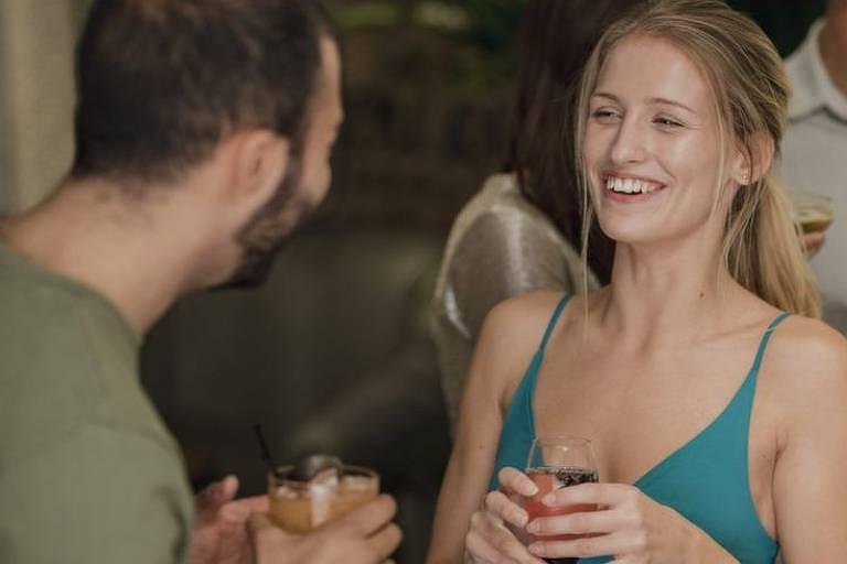 Homens e mulheres analisados em um estudo baixaram o tom de voz quando demonstraram interesse no parceiro