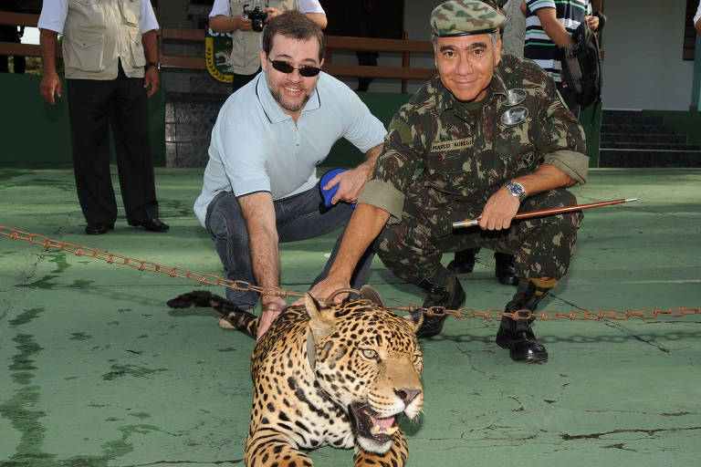 O então ministro da AGU, Antonio Dias Toffoli, e o general Marco Aurélio Costa Vieira, então comandante da 12ª Região Militar, durante visita ao CIGS - Centro de Instrução de Guerra na Selva, em 2009.