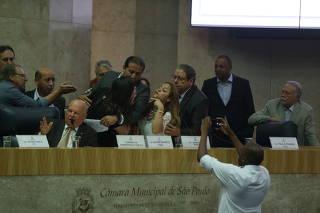 Discussão sobre reforma da previdência tem bate-boca e protestos na Câmara  de SP f111d3c107