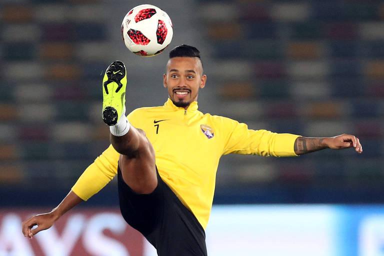 O brasileiro Caio tenta dominar a bola durante treino no estádio em Abu Dhabi um dia antes da final do Mundial de Clubes contra o Real Madrid