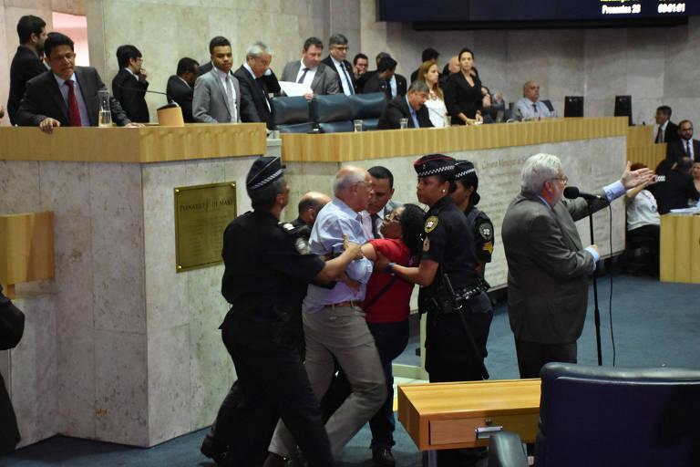 Confusão toma conta da Câmara Municipal de São Paulo durante discussão sobre a previdência