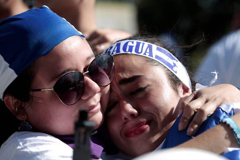 Nicaraguenses exilados na Costa Rica se abraçam durante protesto contra o ditador Daniel Ortega