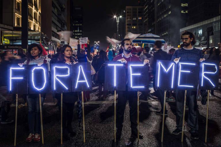 Manifestantes protestam contra o presidente na av. Paulista em 18 de maio de 2017, logo depois da divulgação das gravações feitas por Joesley Batista