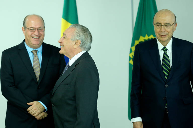 Michel Temer caminha, para a esquerda da foto, no sentido do presidente do BC, Ilan Goldfajn (à esq.). À direita, o ex-ministro da Fazenda Henrique Meirelles