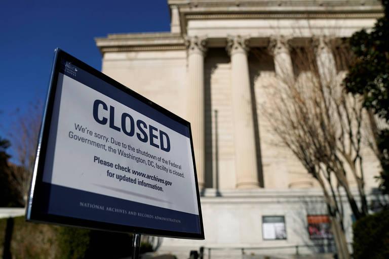 Placa avisa que o Arquivo Nacional, em Washington, está fechado devido a uma paralisação parcial federal nos EUA