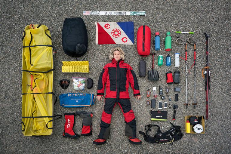 Colin O'Brady com parte do equipamento que ele levou para sua expedição solo na Antártida
