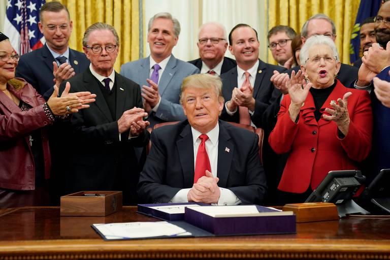 Trump é aplaudido por republicanos ao afirmar que não iria responder a perguntas sobre a possível paralisação do governo