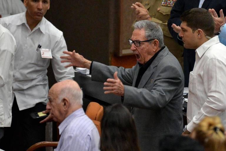 O primeiro secretário do Partido Comunista de Cuba, ex-presidente Raul Castro, gesticula antes do debate sobre a nova Constituição em Havana no dia 21